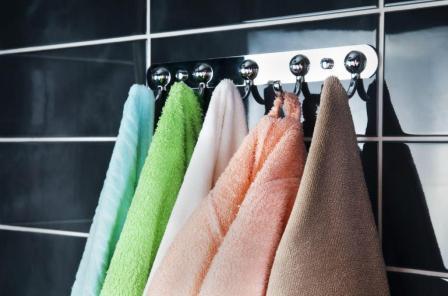 Монтаж крючка для одежды и полотенец в ванной комнате